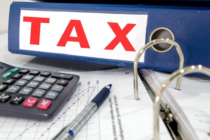 Dossier d'impôts sur la table photo libre de droits