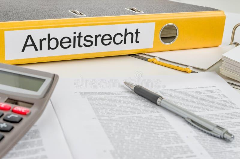 Dossier jaune avec le label allemand Arbeitsrecht - législation du travail  photos libres de droits