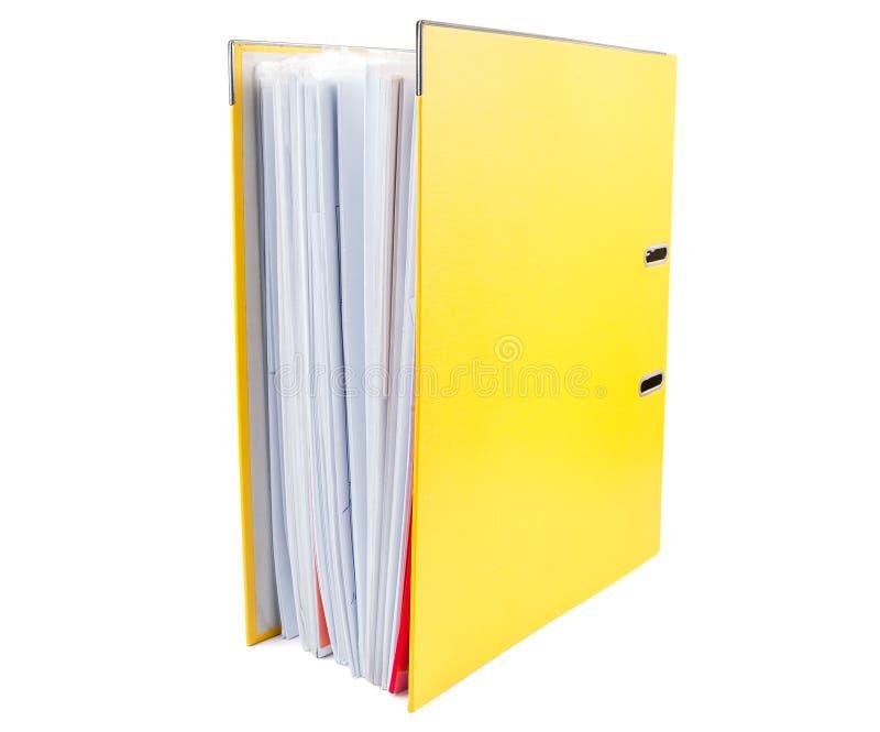 Dossier jaune de bureau complètement des papiers sur le fond blanc