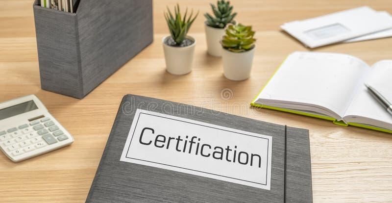 Dossier sur un bureau avec l'étiquette Certification image libre de droits