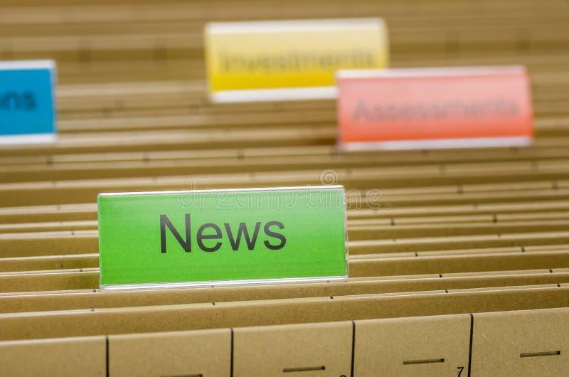Dossieromslag met Nieuws wordt geëtiketteerd dat stock foto's