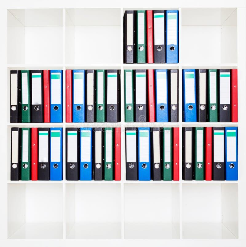 Dossieromslagen, die zich op de planken op kantoor bevinden royalty-vrije stock foto's