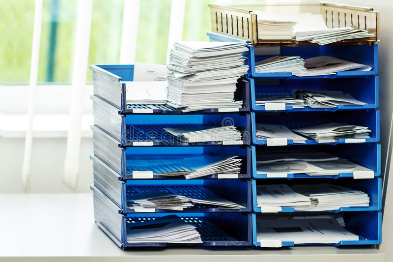 Dossieromslagen op de planken op kantoor stock afbeelding