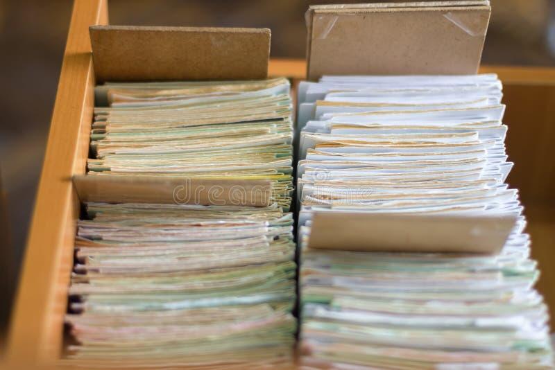Dossiers dans un classeur, catalogue sur fiches dans une bibliothèque, fin image libre de droits