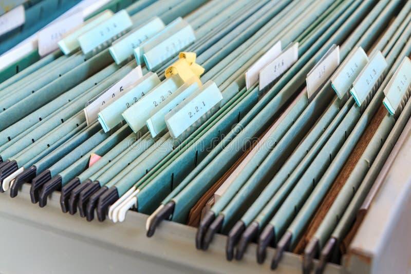 Dossiers dans un meuble d'archivage photographie stock libre de droits