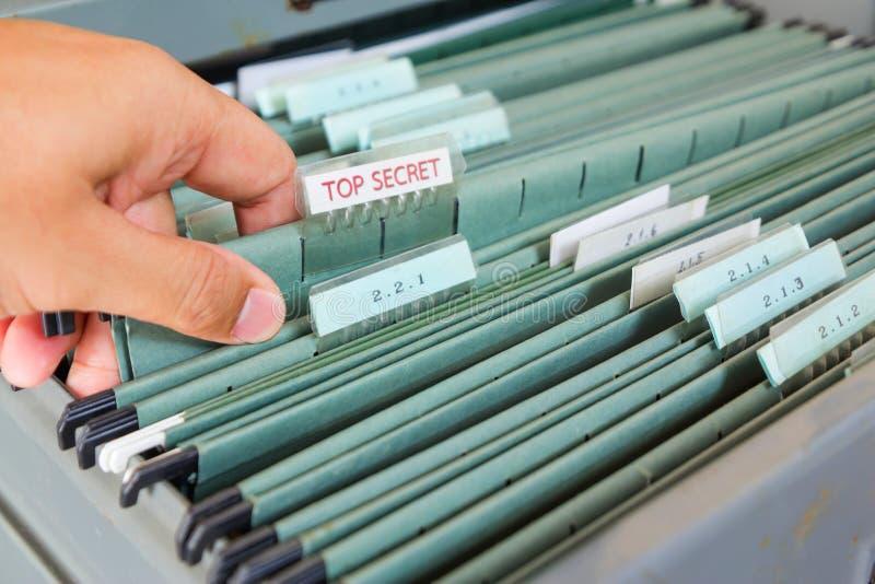 Dossiers dans un meuble d'archivage image libre de droits