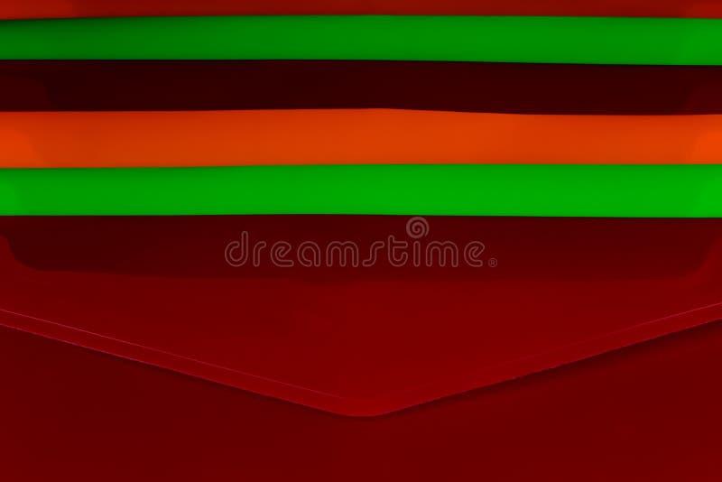 Dossiers en plastique colorés empilés de document de bureau image stock