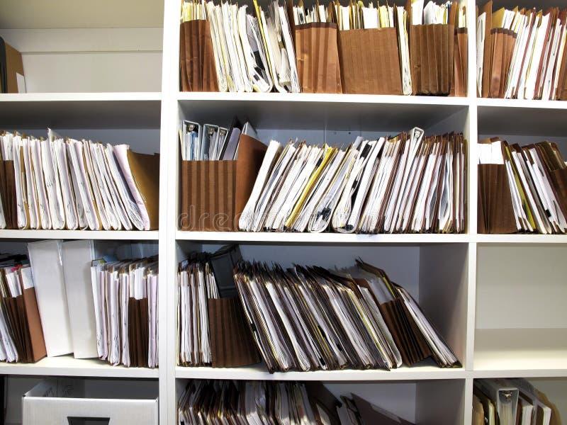 Dossiers op Plank royalty-vrije stock afbeeldingen