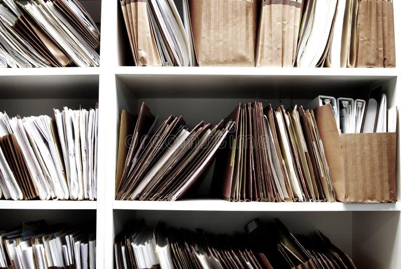 Dossiers sur l'étagère organisée pour le travail de bureau photo stock