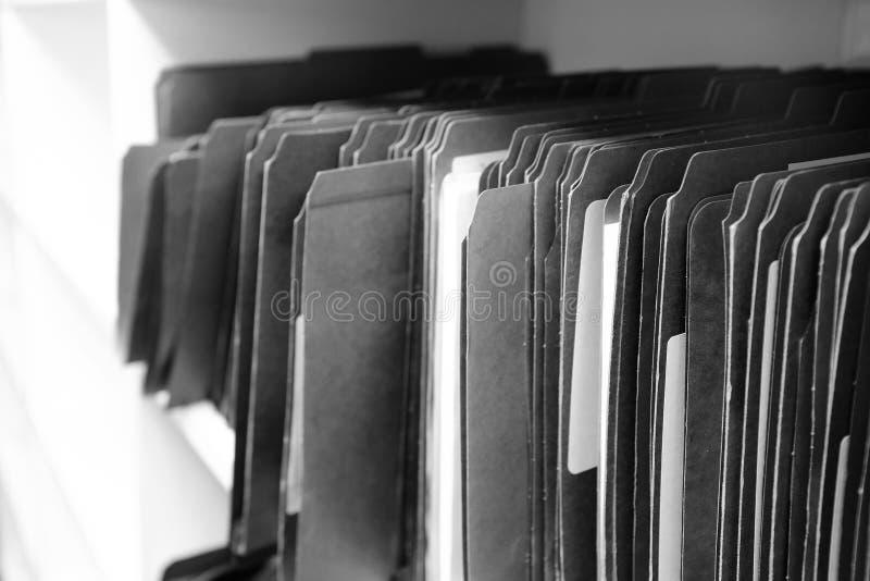 Dossiers sur l'étagère pour l'organisation de bureau image stock
