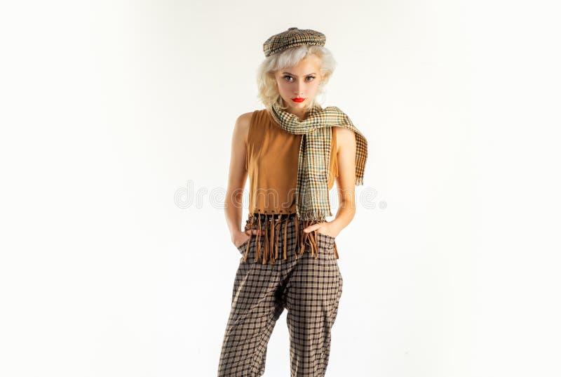 Dosta? wielkiego styl Elegancka seksowna kobieta w przypadkowym ulica stylu Ładnej kobiety mody elegancki styl i spojrzenie Moda  obrazy stock