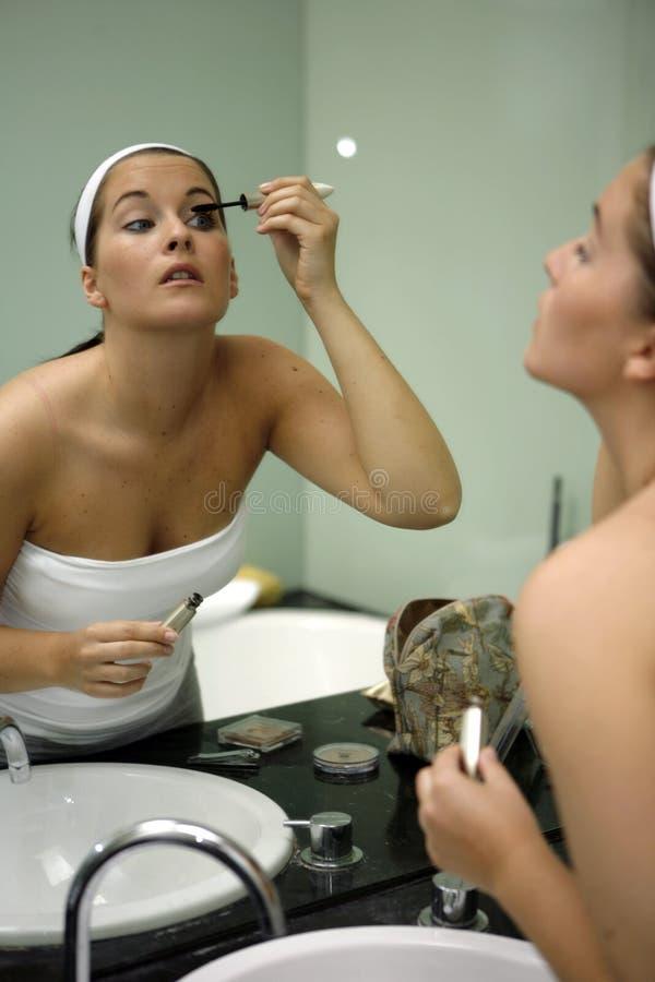 dostaje kobiet przygotowywających potomstwa atrakcyjna łazienka fotografia stock