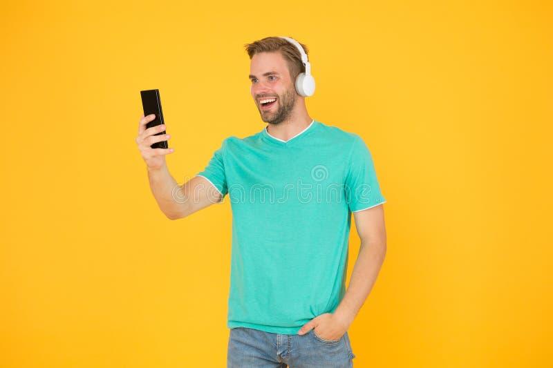 Dostaje muzyczn? rodzinn? prenumerat? Cieszy si? muzycznego poj?cie Najlepszy muzyczni apps kt?re zas?uguj? s?uchaj? Faceta użytk obrazy stock