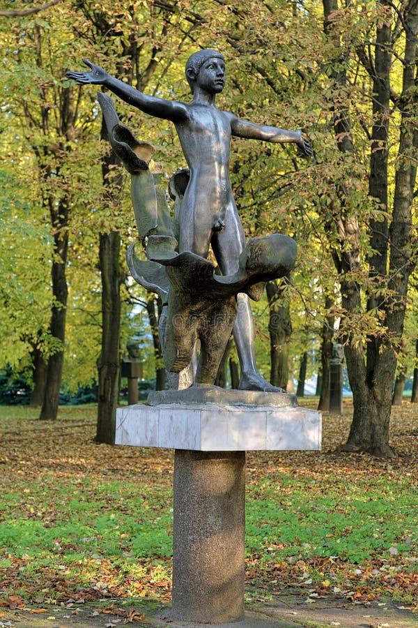 Dostaje Nagą rzeźbę w Kaliningrad, Rosja (zabytek nudysta) obraz royalty free