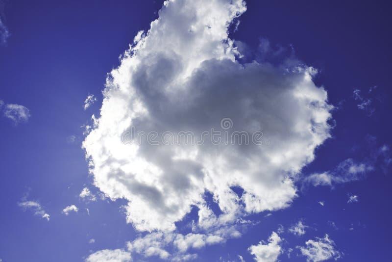 Dostawać z pracy i zobaczył ten pojedynczą chmurę blokować słońce zdjęcie stock