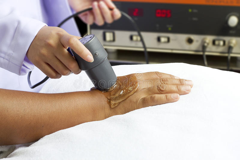 dostawać fizycznej terapii ultradźwięku kobiety obrazy stock