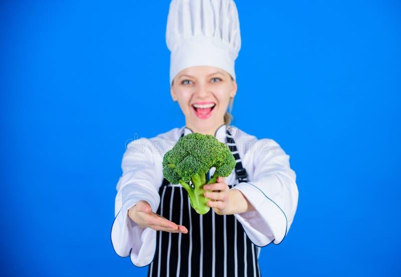 Dostawać inspirował jeść kapusty Fachowy szef kuchni daje witamina brokułów kapusty Damy kucbarski ono uśmiecha się z organicznie zdjęcia stock