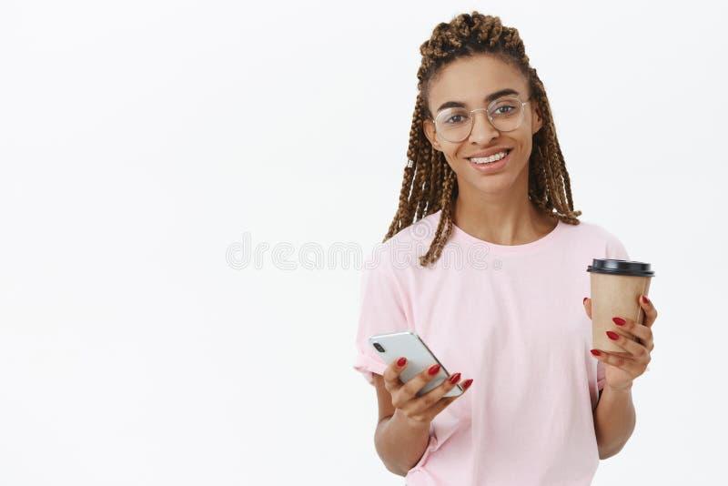 Dostawać wzmacniający z łyczkiem wyśmienicie kawa Przyglądająca amerykanin afrykańskiego pochodzenia kobieta trzyma papier z chło zdjęcia royalty free