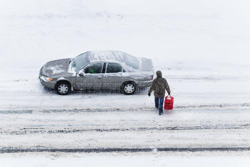 Dostawa żywności podczas zimowej burzy śnieżnej obrazy stock