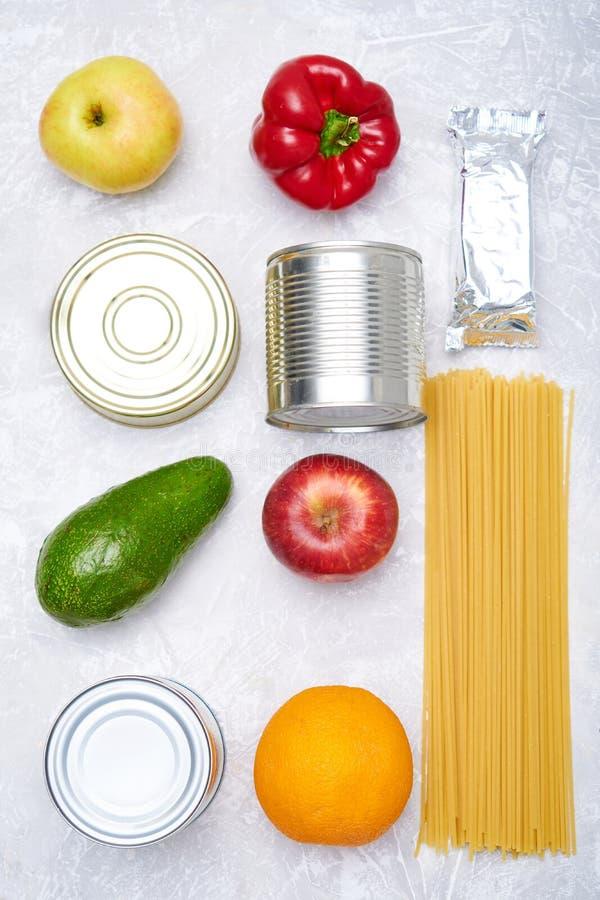 Dostawa żywności Zapasy żywności na lekkim stole Warzywa, olej, owoce, żywność w puszkach, makaron Koronavirus Kopiuj przestrzeń fotografia royalty free