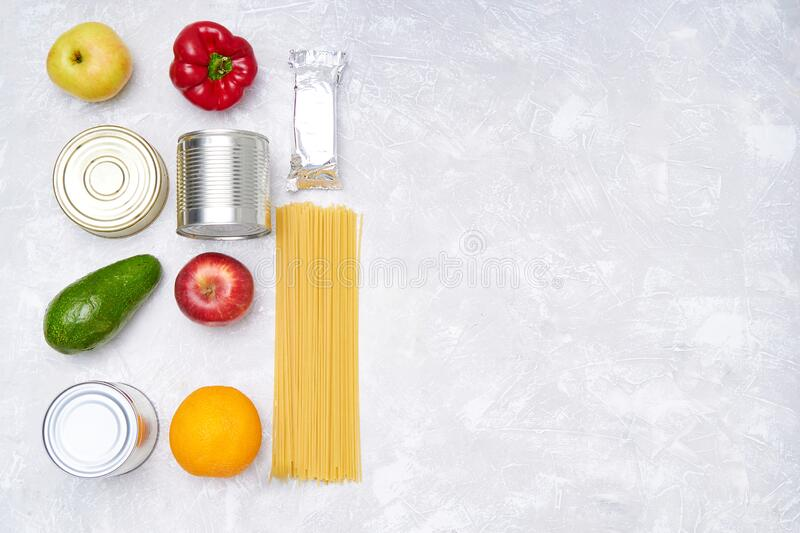 Dostawa żywności Zapasy żywności na lekkim stole Warzywa, olej, owoce, żywność w puszkach, makaron Koronavirus Kopiuj przestrzeń zdjęcia stock