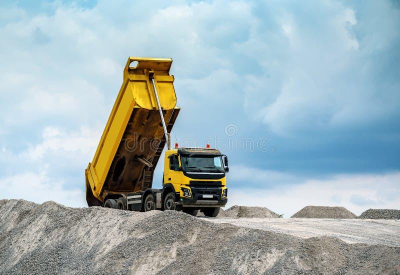 Dostawa piasek budowa ciężarówką z nastroszonym ciałem obraz stock
