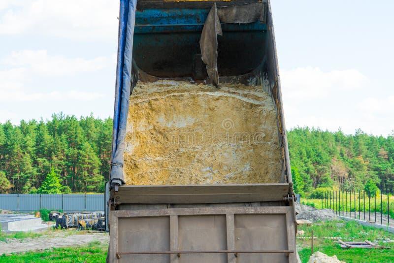 Dostawa piasek dla budowy usyp ciężarówka rozładowywa piasek Miejsce dla twój teksta zdjęcia royalty free