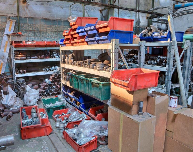 Dostawy metalu tubing W Storeroom, Buttweld Fajczany dopasowanie zdjęcia stock