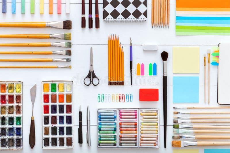 Dostawy ustawiają na desktop widoku, kreatywnie narzędzia dla szkolnej kreatywnie pracy na białym drewnianym stole, tło z rysunko fotografia royalty free