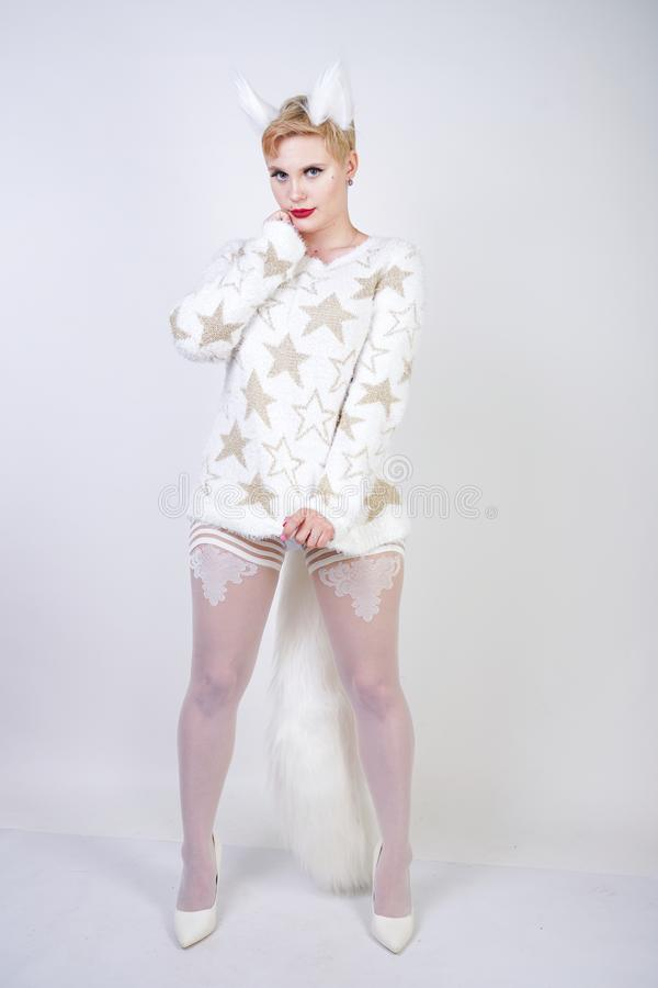 Dosyć śliczna miła dziewczyna z blondynka krótkim włosy, curvy plus wielkościowy ciało jest ubranym białego pulower z i zdjęcia stock