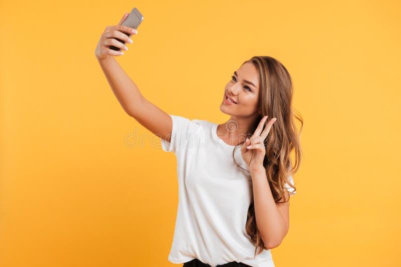 Dosyć śliczna piękna młoda kobieta robi selfie telefonem komórkowym fotografia royalty free