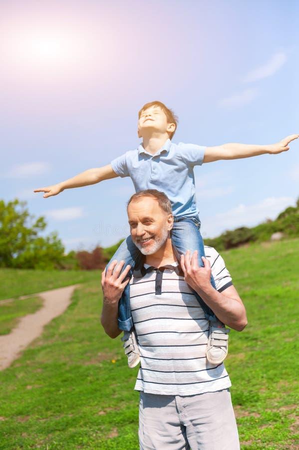 Dosyć życzliwa rodzina jest odpoczynkowa w naturze obraz stock
