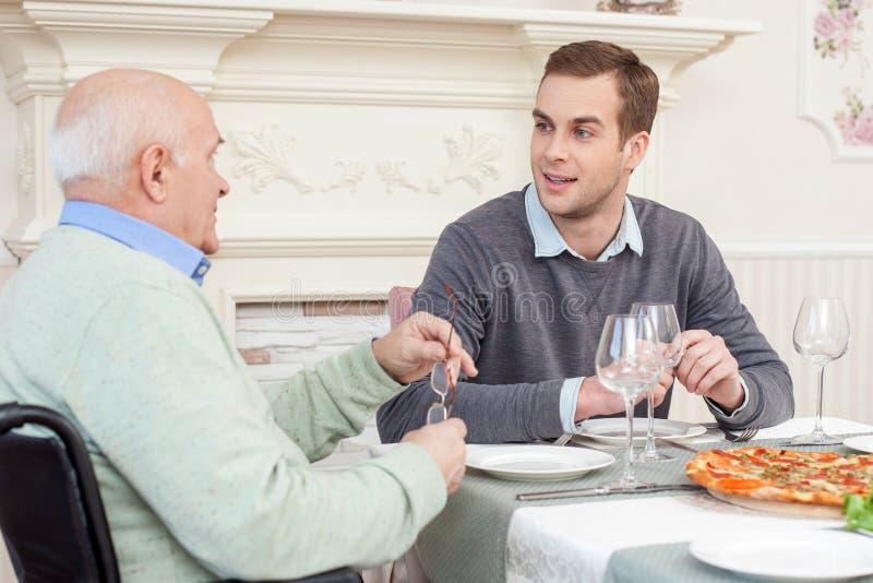 Dosyć życzliwa rodzina lunch w domu obraz stock