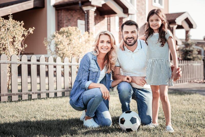 Dosyć życzliwy rodzinny ono uśmiecha się wpólnie i stać obraz royalty free
