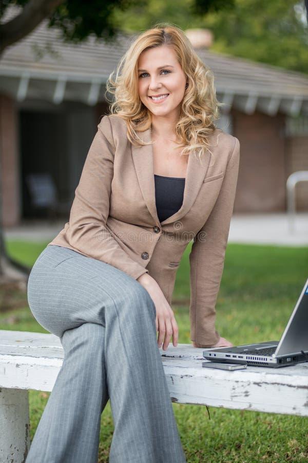 Dosyć atrakcyjna blond caucasian biznesowa kobieta obraz royalty free