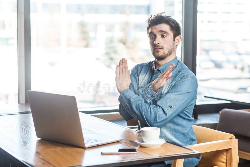 Dosyć! Bocznego widoku portret ostrzegać agresywnego brodatego młodego freelancer w niebiescy dżinsy koszula siedzi w kawiarni i  obraz royalty free