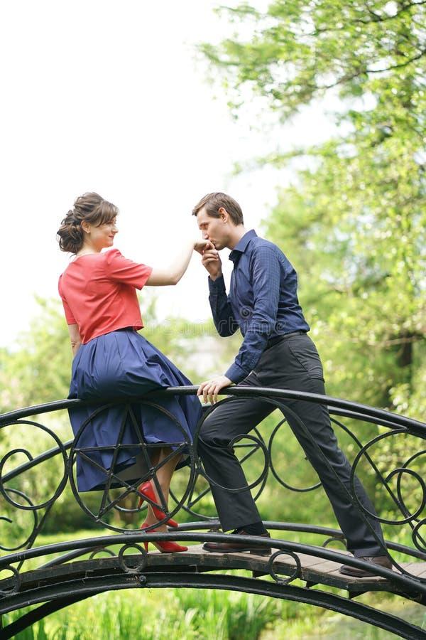 Dosyć caucasian miłości pary odprowadzenie w zielonym lato parku, mieć uśmiechy, buziaki i uściśnięcia, obraz stock