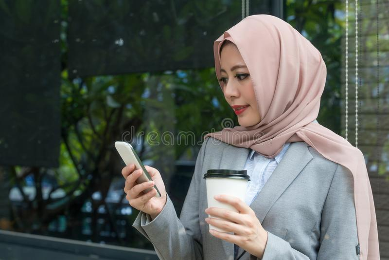 Dosyć elegancki żeński muzułmański urzędnik obrazy stock