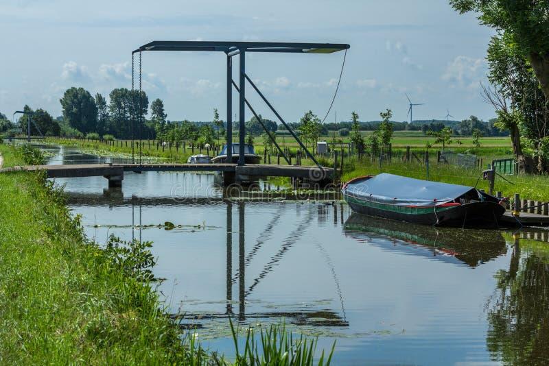 Dosyć i spokojny Holenderski kanał z drawbridge obrazy stock