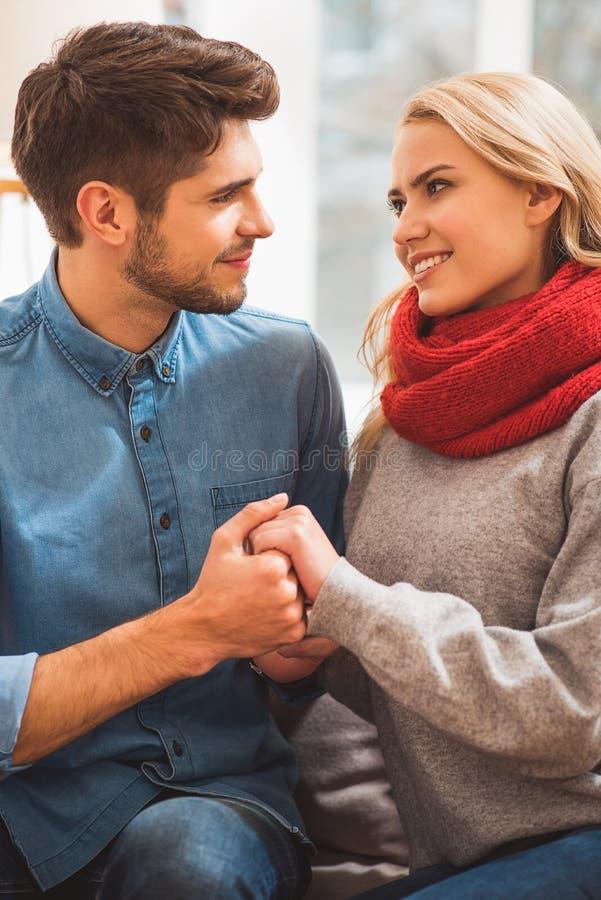 Dosyć kochać pary wyraża ich emocje obrazy stock