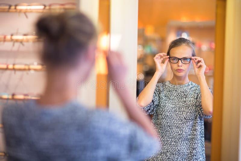 Dosyć, młoda kobieta wybiera nowe szkło ramy zdjęcia royalty free