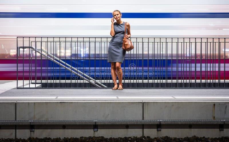 Dosyć, młody żeński dojeżdżający czekać na jej dziennego pociąg fotografia royalty free