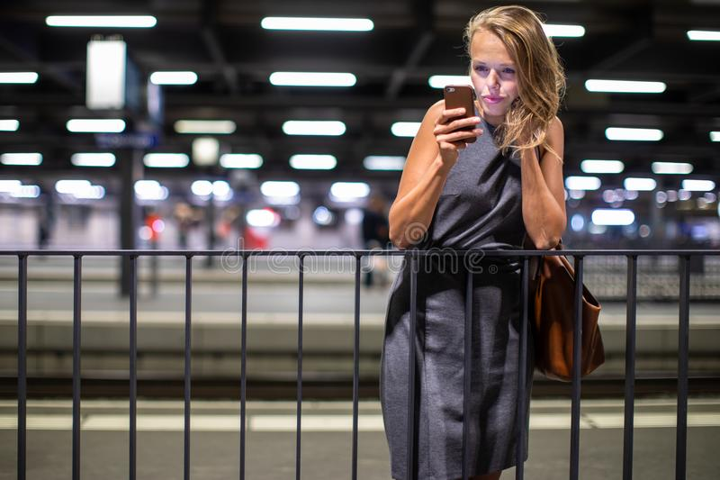 Dosyć, młody żeński dojeżdżający, czekać na jej pociąg zdjęcie royalty free