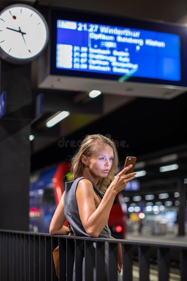 Dosyć, młody żeński dojeżdżający, czekać na jej pociąg obrazy royalty free