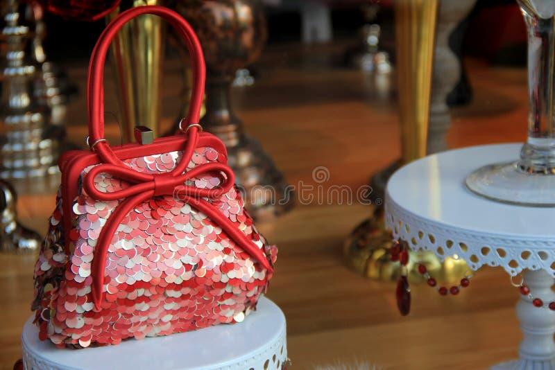 Dosyć mała czerwona kiesa w sklepowym okno zdjęcie royalty free