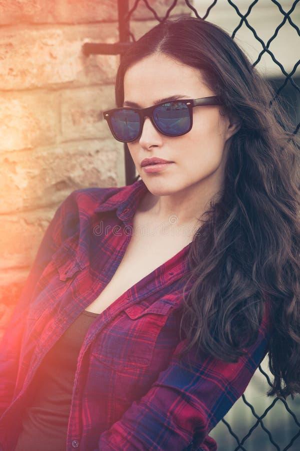 Dosyć miastowy młoda kobieta portret z okularami przeciwsłonecznymi zdjęcie stock