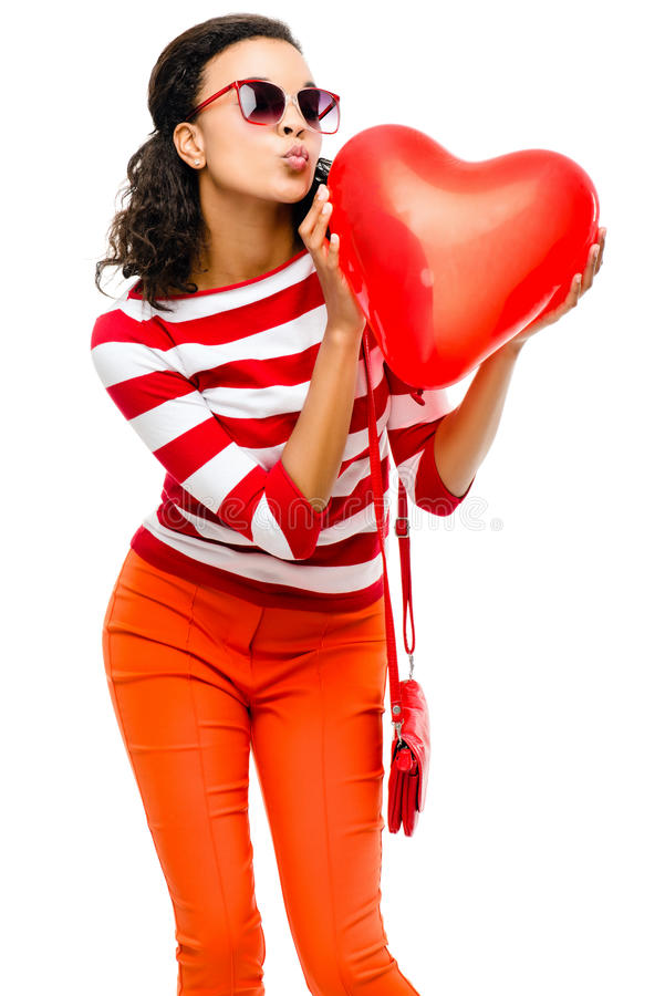 Dosyć mieszanego biegowego dziewczyny mienia serca czerwony balon zdjęcia stock
