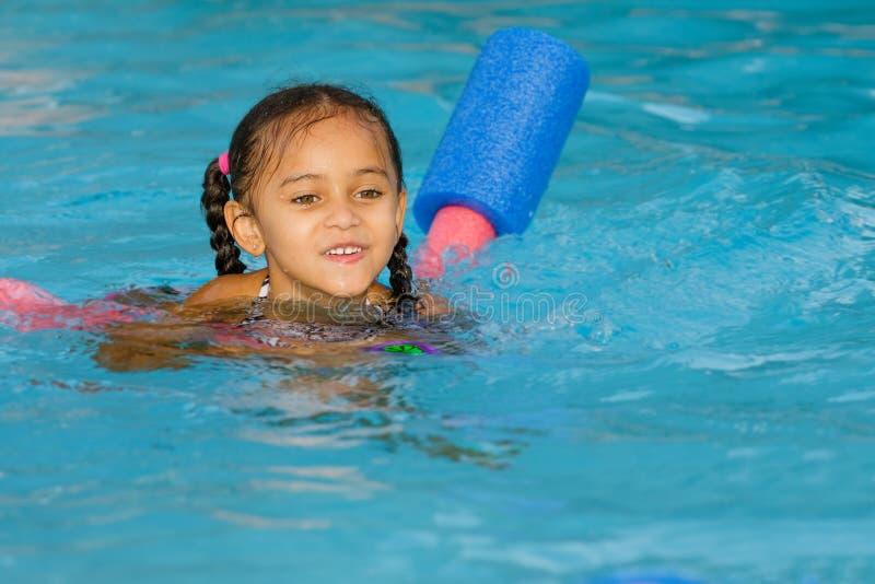 Dosyć mieszany biegowy dziecka dopłynięcie w basenie fotografia royalty free