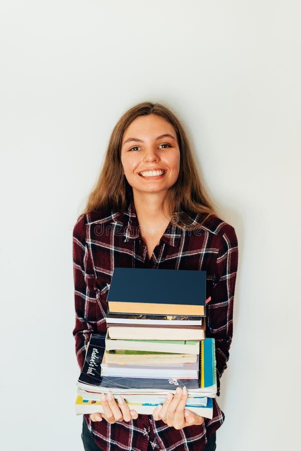 Dosyć nastoletni pozłota uczeń szkoła lub szkoła wyższa z stertą książki edukacja fotografia stock
