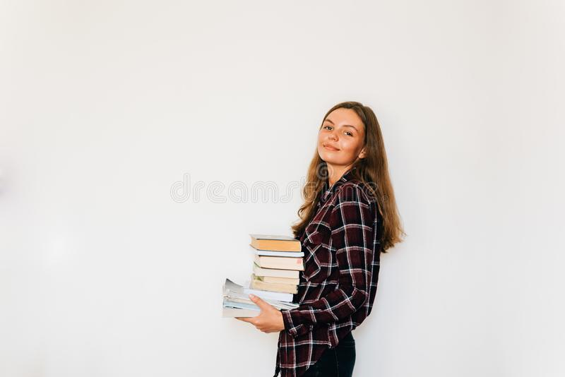 Dosyć nastoletni pozłota uczeń szkoła lub szkoła wyższa z stertą książki edukacja obrazy royalty free